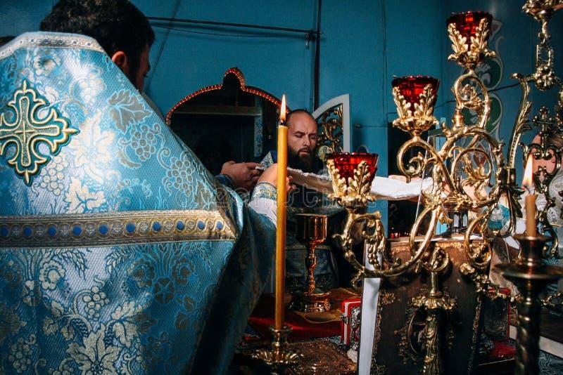 Padres ortodoxos no altar fotografia de stock