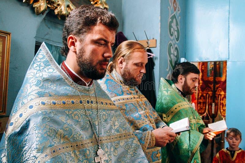 Padres ortodoxos no altar fotos de stock