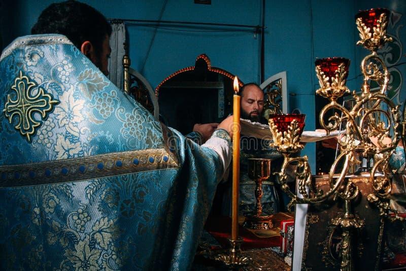 Padres ortodoxos no altar foto de stock