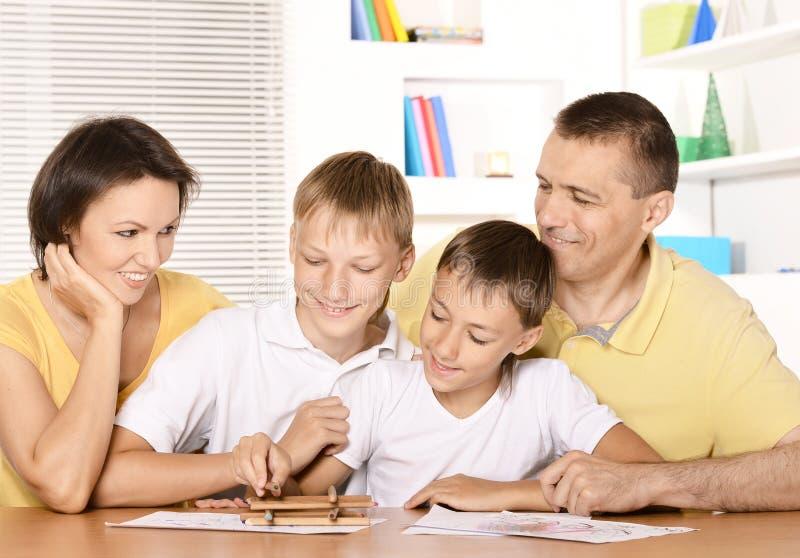 Padres que dibujan con los hijos fotos de archivo