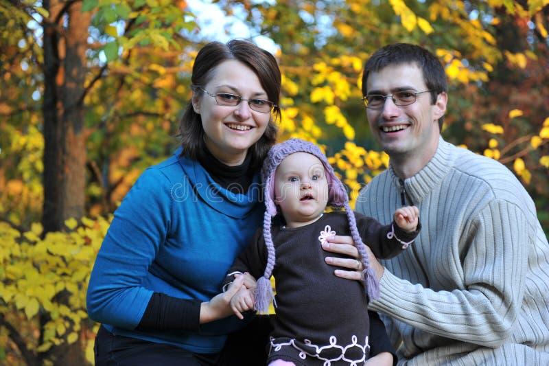 Padres y niña felices imagen de archivo