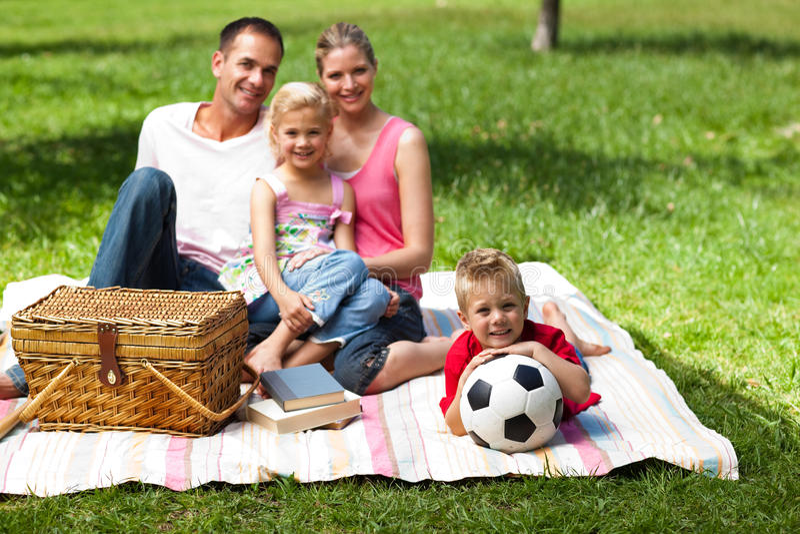 Padres y niños que se relajan en una comida campestre foto de archivo libre de regalías