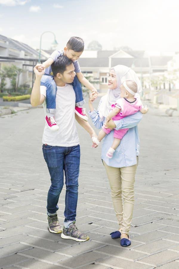 Padres y paseo musulmanes de los niños en residencial fotos de archivo libres de regalías