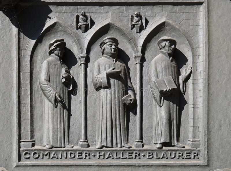 Padri delle chiese riformate della Svizzera: Comandante, Haller, Blaurer, porta della chiesa di Grossmunster a Zurigo fotografie stock libere da diritti
