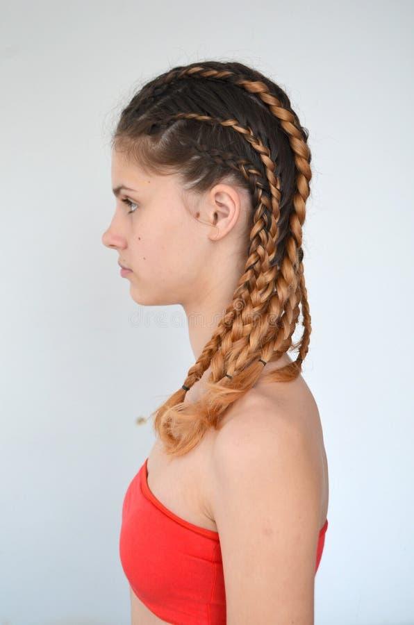 Padronanza di tessitura dai capelli con la lunghezza lunga di capelli immagine stock