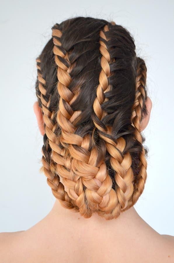 Padronanza di tessitura dai capelli con la lunghezza lunga di capelli immagini stock