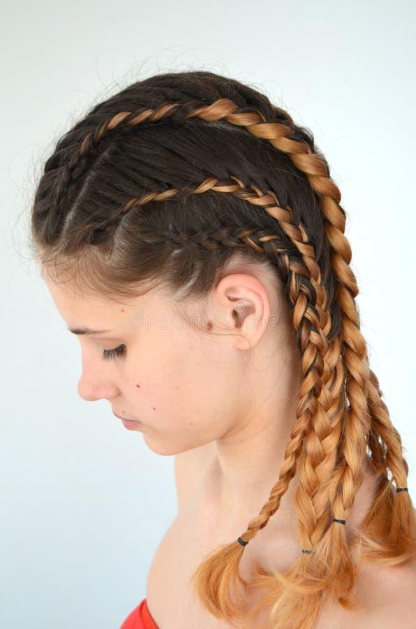 Padronanza di tessitura dai capelli con la lunghezza lunga di capelli fotografia stock libera da diritti