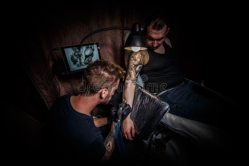 Padrone del tatuaggio dell'uomo immagini stock libere da diritti