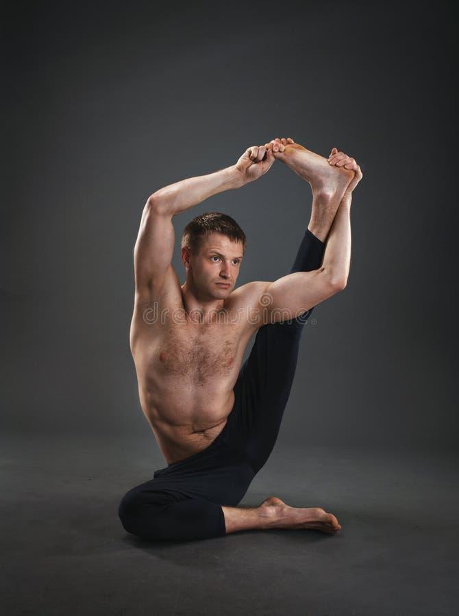 Padrone di yoga nello studio fotografia stock