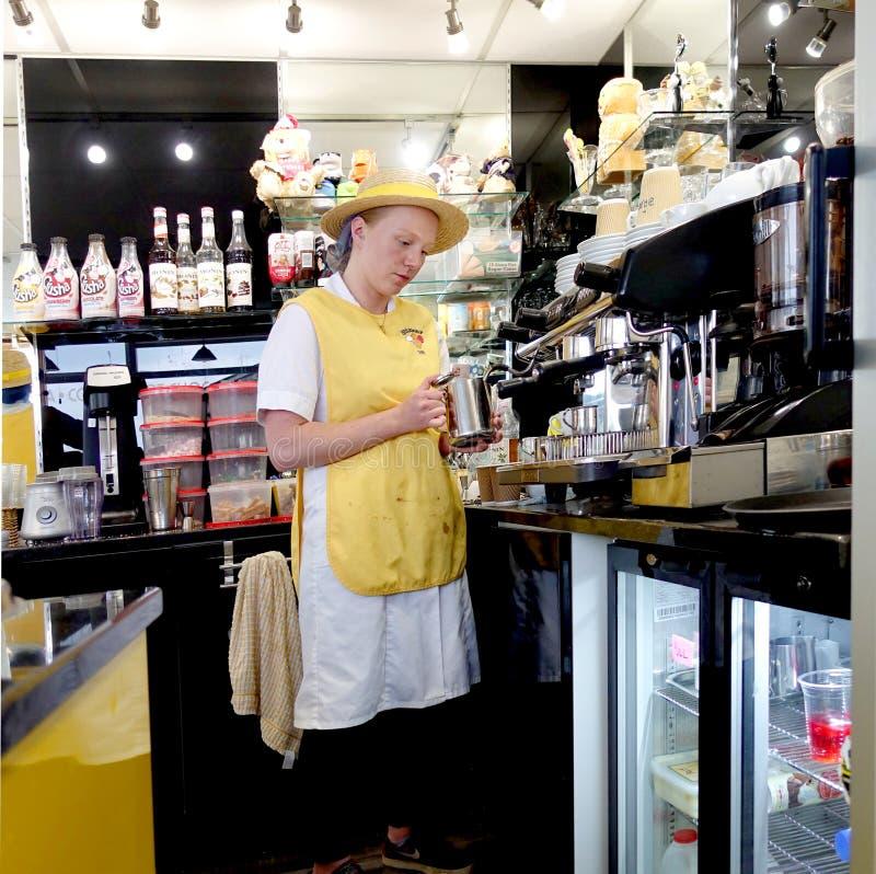 Padstow, Cornwall, am 11. April 2018: Junges weibliches Mädchen barista Franc lizenzfreies stockfoto