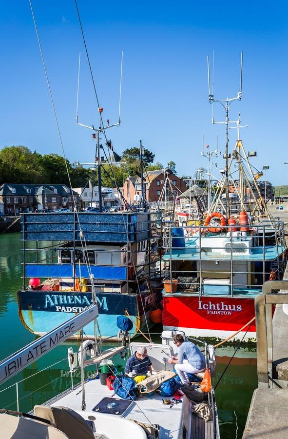 Padstowhaven met vissersboot in voorgrond in Padstow, Cornwall, het UK wordt genomen dat royalty-vrije stock fotografie