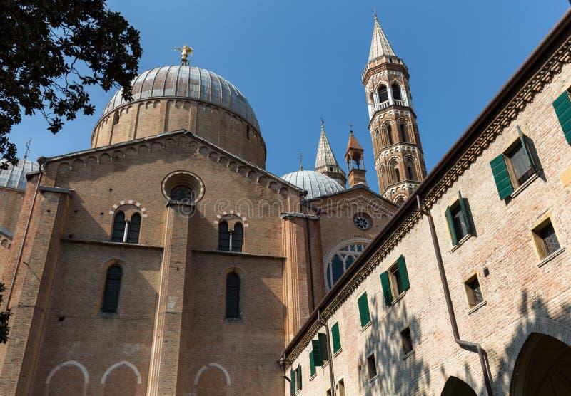 Padua - bazylika świętego Anthony viewing od swój wewnętrznego podwórza zdjęcia royalty free