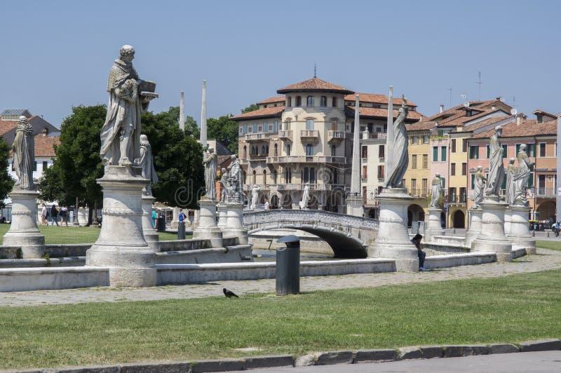 Padua/ITALIEN - Juni 12, 2017: Härlig sommardag på den Prato dellaValle fyrkanten med vattenkanalen Förbluffa italienska skulptur royaltyfri foto