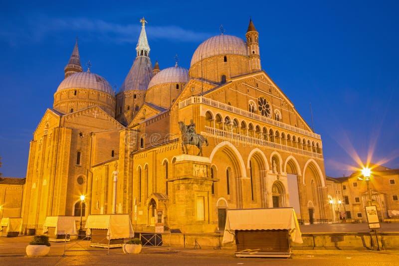 PADUA ITALIEN - SEPTEMBER 8, 2014: Basilika del Santo eller basilika av St Anthony av Padova i afton arkivbilder