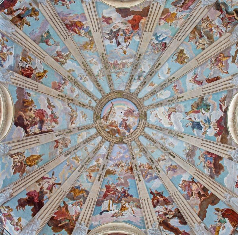 Padua - kupolen i den kyrkliga Chiesaen di San Gaetano med freskomålningarna beställningen av himmel av Guy Louis II Vernansal royaltyfria foton
