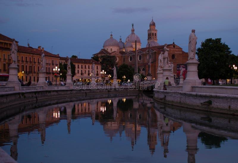 Padua Prato delle Valle vid natt, Veneto, Italien fotografering för bildbyråer