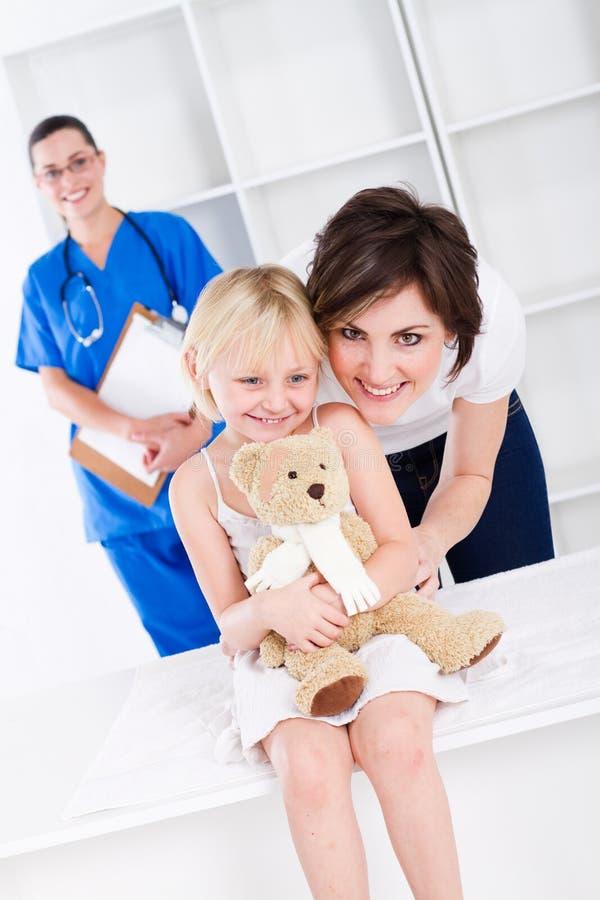 Paediatrician, mamã, menina fotografia de stock