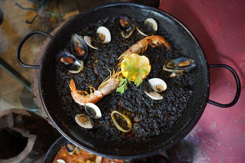 Paella à l'encre noire de fruits de mer photo stock