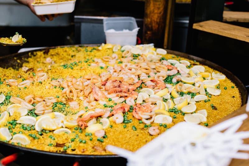Paella για την πώληση σε μια αγορά στο Λονδίνο στοκ εικόνες
