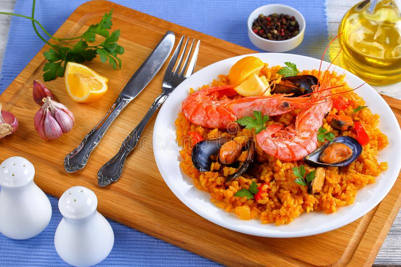 Paella της Βαλέντσιας θαλασσινών στο άσπρο πιάτο στοκ φωτογραφία