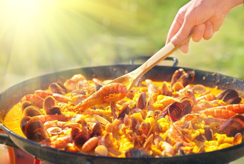 paella Alimento espanhol tradicional, paella do marisco na bandeja de fritada com mexilhões, camarões do rei e calamares imagens de stock royalty free