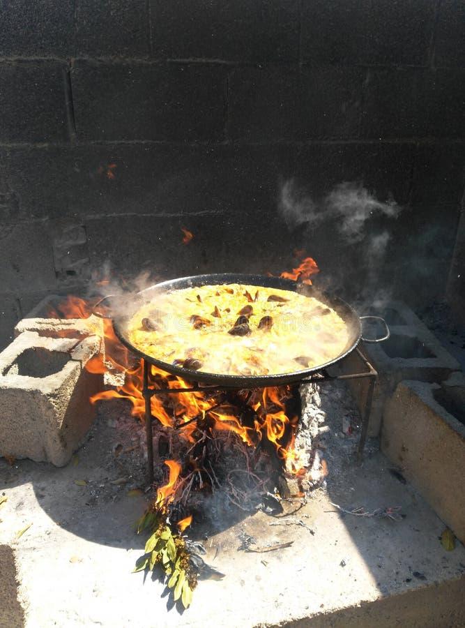 Paella ao fogo de madeira foto de stock