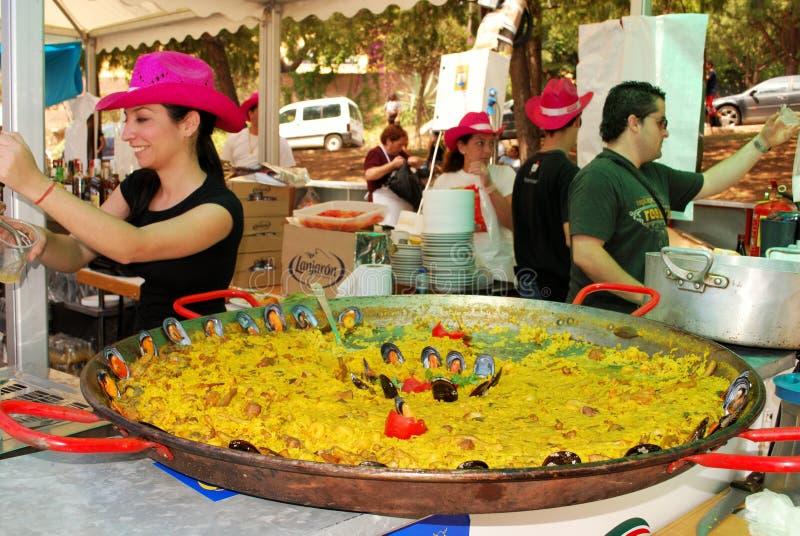 Paella auf Stangenzähler, Marbella, Spanien. stockfoto