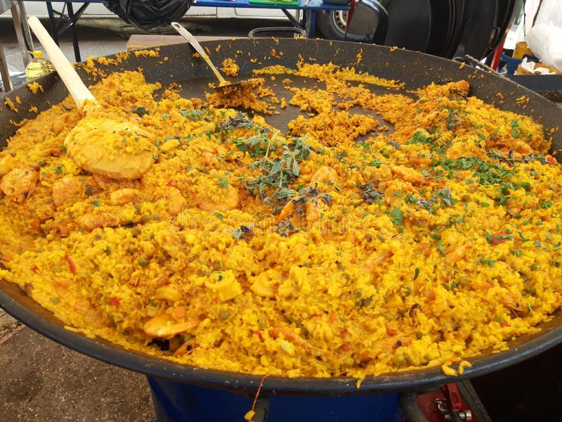 Paella com os camarões servidos no festival do marisco fotografia de stock royalty free