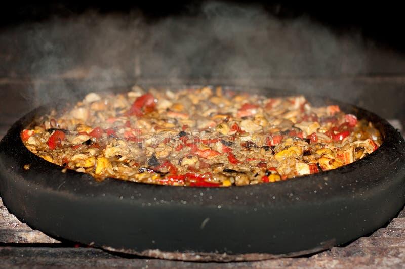Paella de fruits de mer dans une casserole d'argile images libres de droits