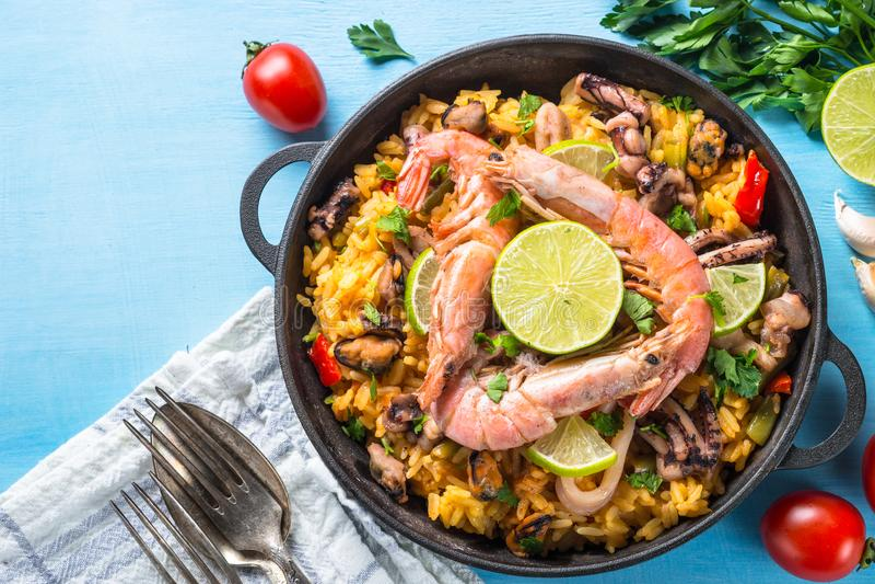 Paella dei frutti di mare Piatto spagnolo tradizionale, vista superiore immagine stock