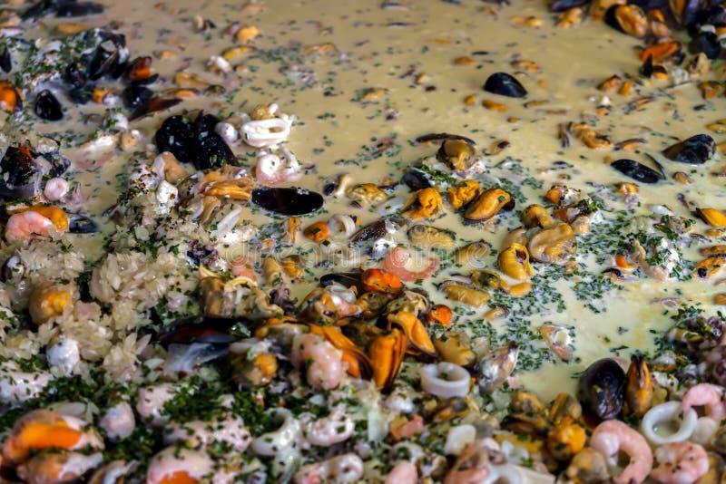 Paella dei frutti di mare in una pentola della paella ad un mercato dell'alimento della via immagine stock