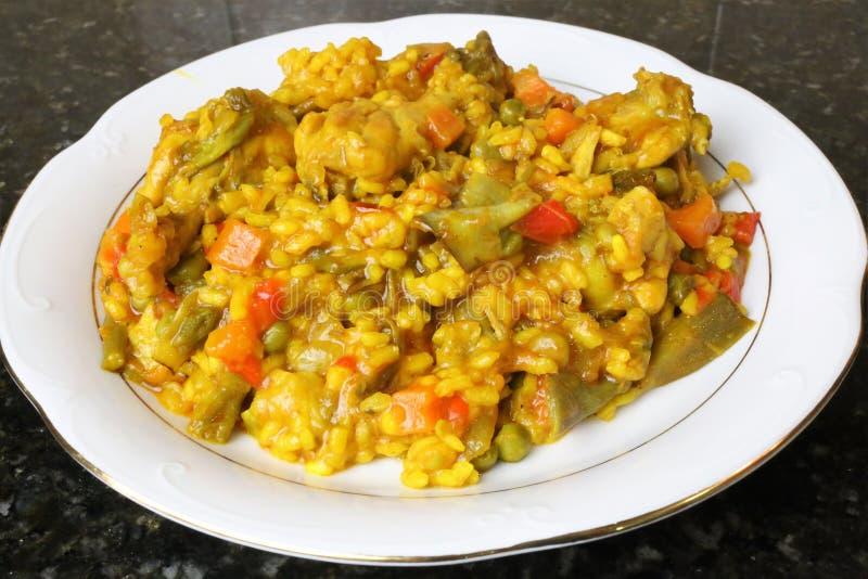 Paella di riso con il pollo e le verdure immagini stock