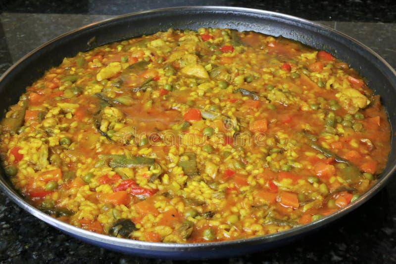 Paella do arroz com galinha e vegetais foto de stock
