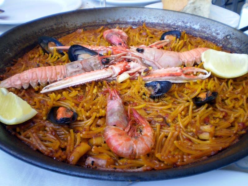 Paella do marisco de Fideua (Paella dos macarronetes) fotografia de stock