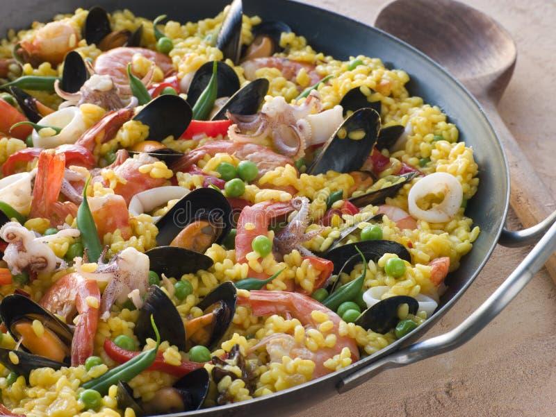 Paella do marisco em uma bandeja do Paella fotografia de stock royalty free
