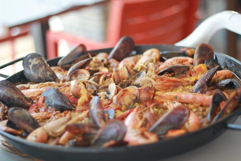 Paella do marisco pronto ao servido na bandeja fotos de stock royalty free
