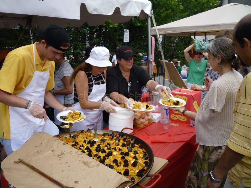Paella do serviço no festival imagens de stock royalty free