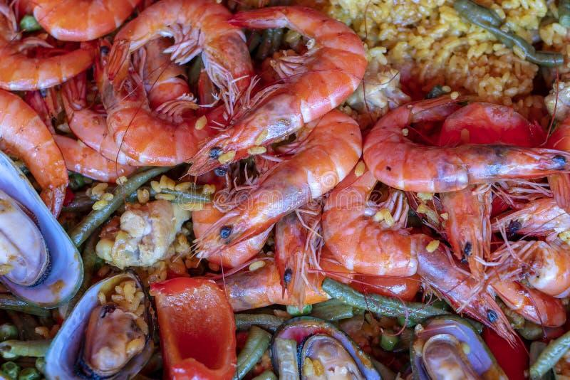 Paella española de los mariscos en cacerola de fritada con los mejillones, los camarones y las verduras Fondo de la paella de los imagen de archivo