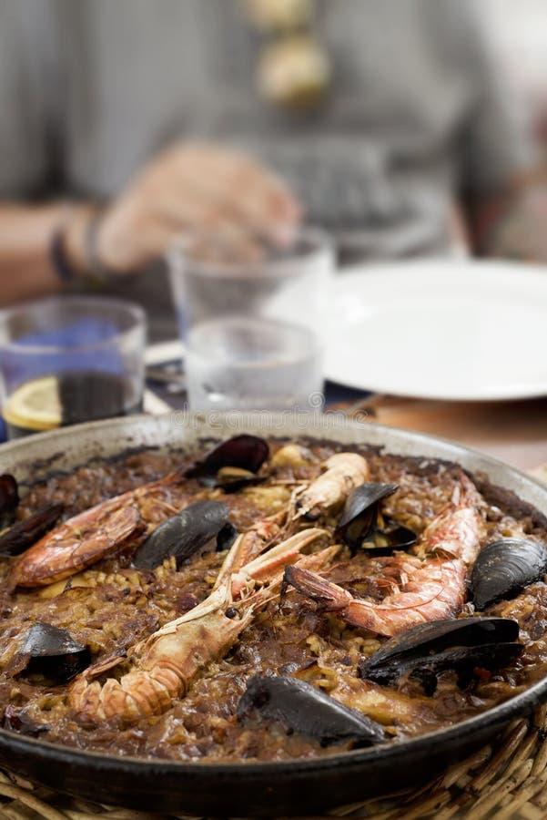 Paella española típica de los mariscos imagenes de archivo