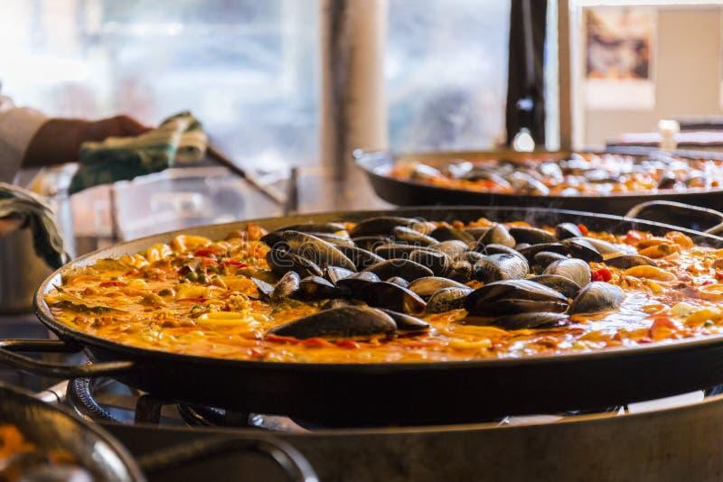 Paella espagnole de riz de fruits de mer, fin vers le haut images libres de droits