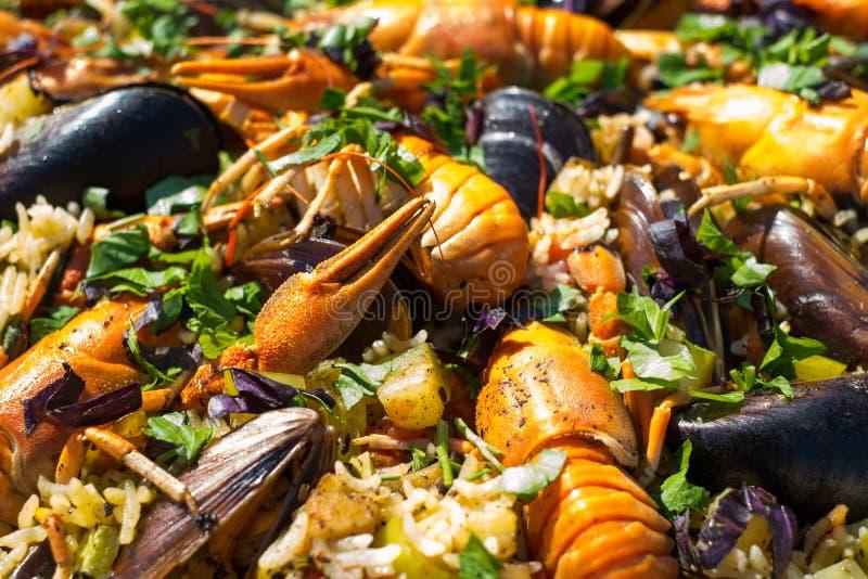 Paella espanhol do marisco com mexilhões e lagostas dos camarões imagens de stock