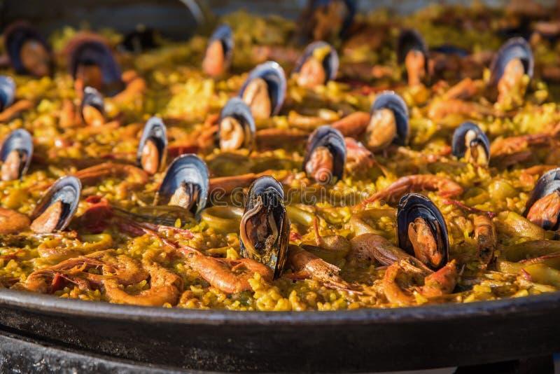 Paella espanhol t?pico do marisco na opini?o pr?xima da bandeja tradicional Focus4 seletivo imagens de stock royalty free