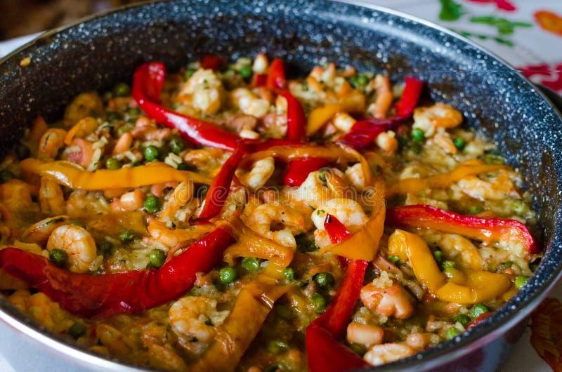 Paella espanhol tradicional com marisco imagem de stock