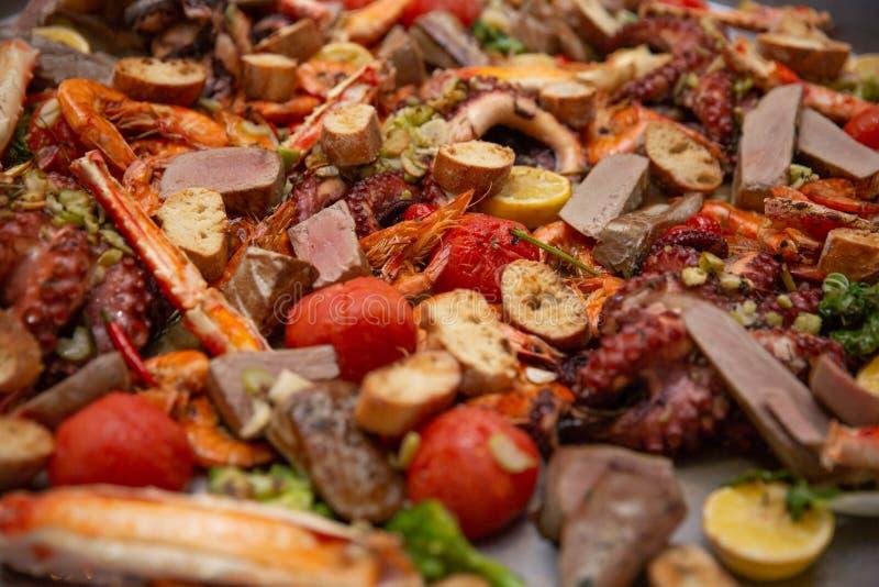 Paella gastronome de Valence de fruits de mer avec le langoustine, les palourdes, les moules et le calmar frais sur le riz savour images stock