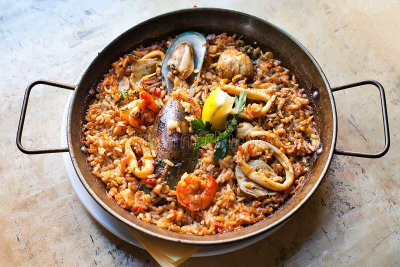 Paella Marinera traditionnel, Paella espagnole classique de plat principal avec les poissons blancs de calamares de moules de cre photographie stock libre de droits