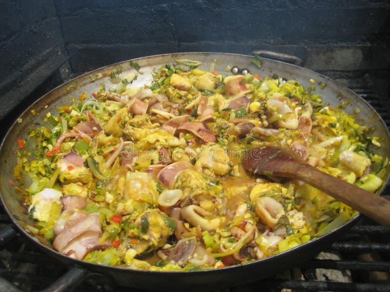Paella - mat och familj royaltyfri foto