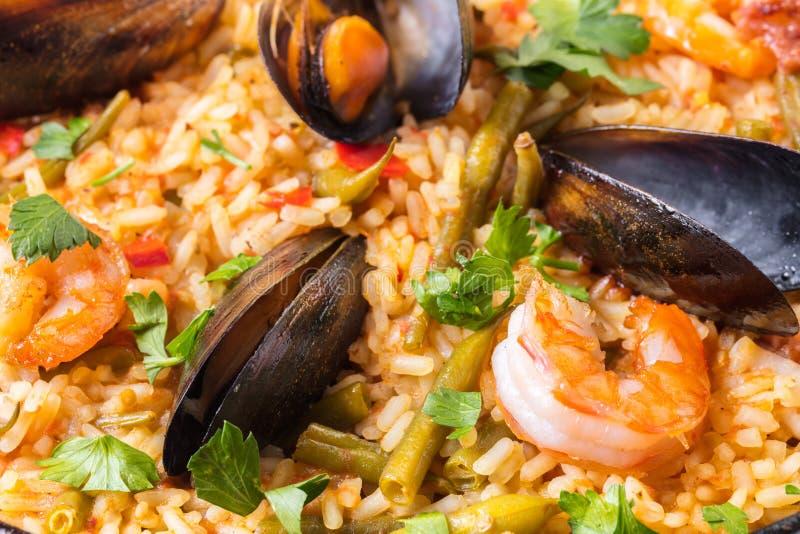 Paella med skaldjur och grönsaknärbild royaltyfri fotografi