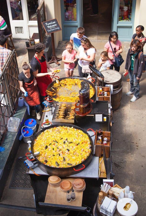 Paella, mercado do jardim de Covent, Londres fotografia de stock