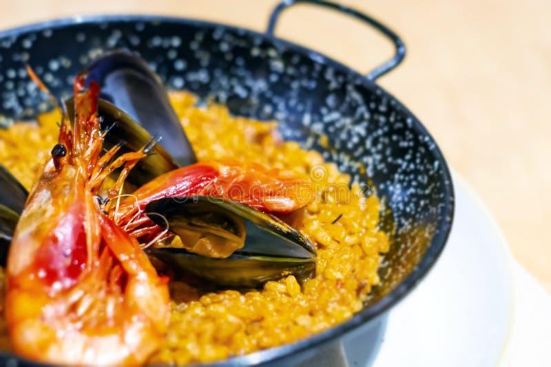 Paella met mariscos, een typische schotel van traditionele Spaanse die keuken op zeevruchten wordt gebaseerd en rijst stock foto's
