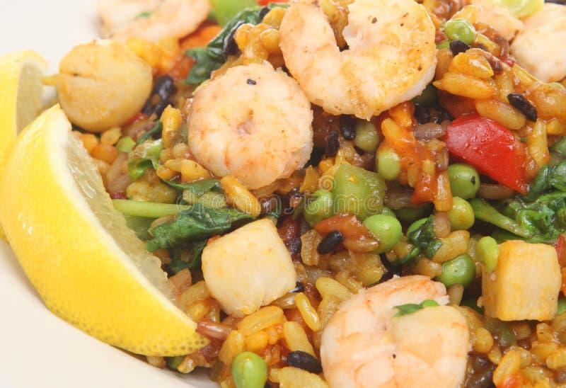 Paella mit Garnelen, Garnele u. Kamm-Muscheln stockfoto